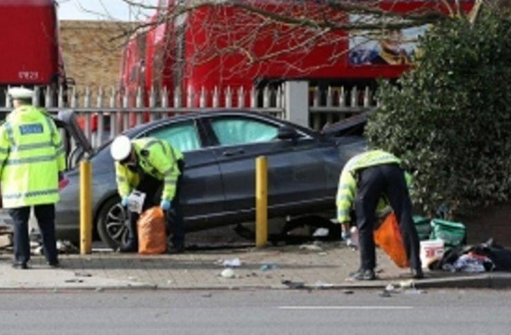 O mașină a intrat în plin într-o femeie aflată pe trotuar