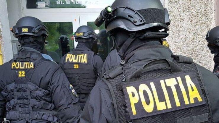 Zeci de persoane legitimate, în cadrul unei razii de amploare a polițiștilor în Petin și Ambud