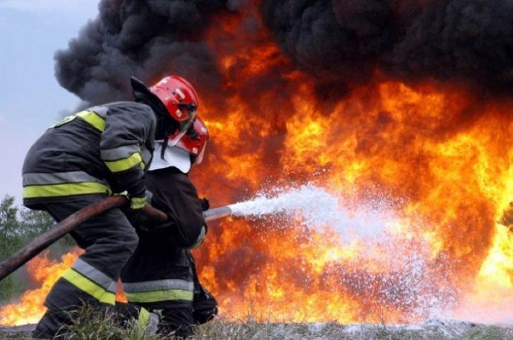 Incendiu. Tânăr intoxicat cu fum, după ce a încercat să stingă focul care a cuprins podul casei