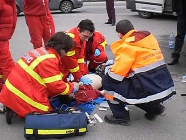 Accident în Vetiș. Două persoane au ajuns la spital