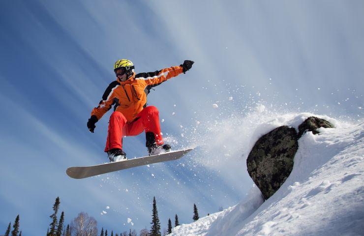 """Concursuri de schiuri, sărituri cu snowboardul la Festivalul """"Serbările Zăpezii"""""""