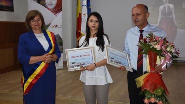 Teodora Bărăian, eleva din Negrești Oaș, care a obținut nota 10 la Bacalaureat, premiată