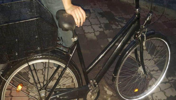 Hoţ de biciclete prins de poliţişti în toiul nopţii, în Carei