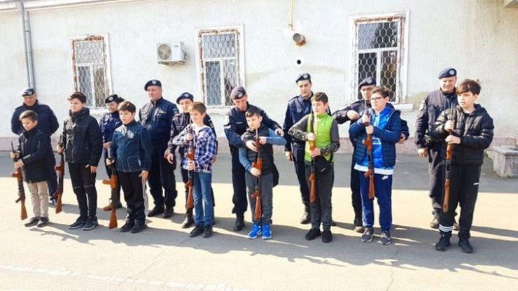 Elevi sătmăreni, în vizită la Jandarmeria Satu Mare