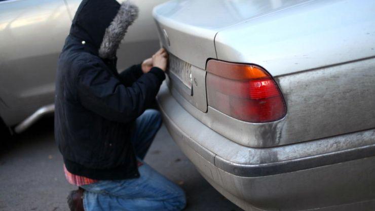 Prins în flagrant de polițiști în timp ce încerca să sustragă bunuri dintr-un autoturism