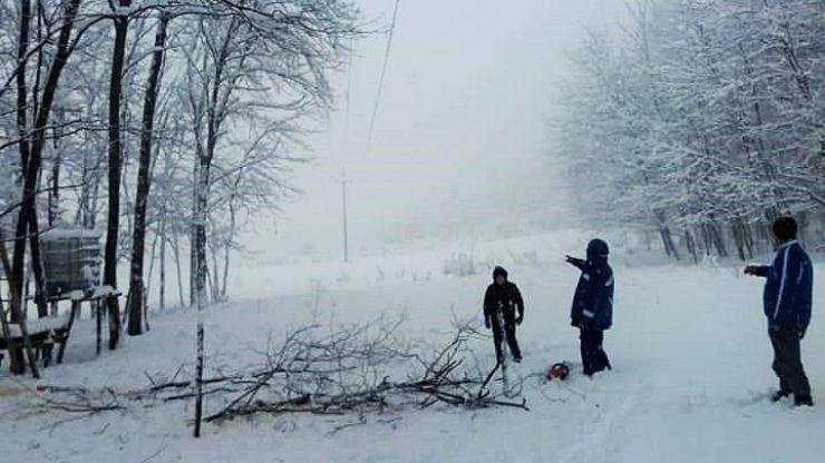 Locuitorii din comuna Bârsău, tot fără curent electric. Aceștia se tem că li se strică carnea de la porcii sacrificați de Crăciun