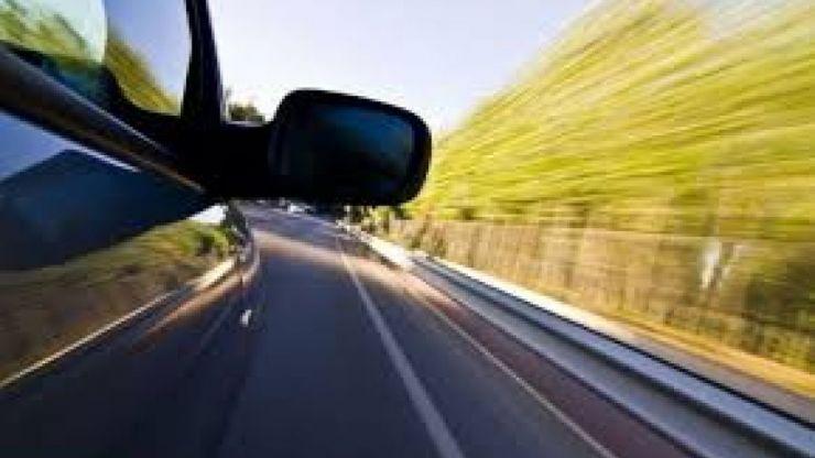 Șofer prins de polițiști în timp ce conducea cu 188 km/h pe un drum din județ