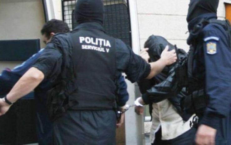 Urmăriți pentru lovire și tâlhărie, prinși de polițiști