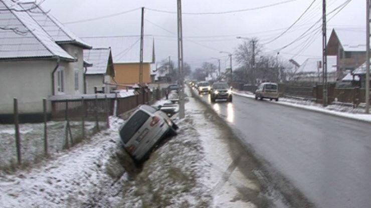 Maşină în şanţ, din cauza drumului necurăţat. Polițiștii au constatat și că șoferul era beat