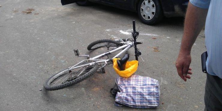 Biciclist accidentat grav. Autorul l-a condus la spital, fără să anunțe polițiștii despre accident