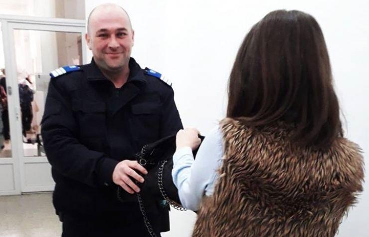 Jandarmul Iuliu Chişiu a înapoiat unei femei poșeta pe care o uitase la Trezorerie