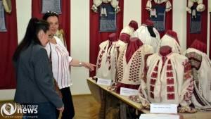 Cămăși țărănești colecționate de familia Brătianu, expuse la Muzeul Județean Satu Mare
