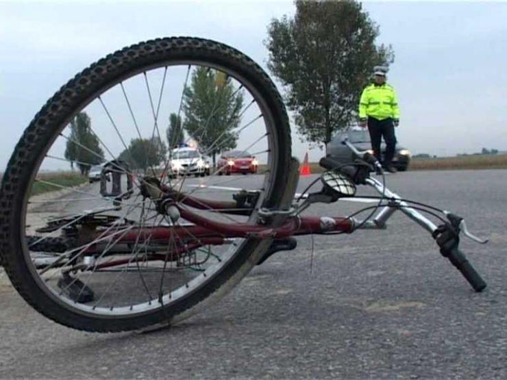 Adolescent rănit grav. A intrat cu bicicleta într-o mașină