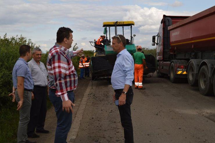 A început asfaltarea drumului spre Foieni. Urmează asfaltarea altor 20 de km de drum