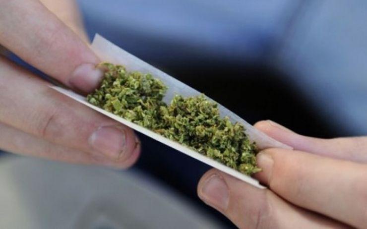 Tânăr prins cu marijuana asupra sa