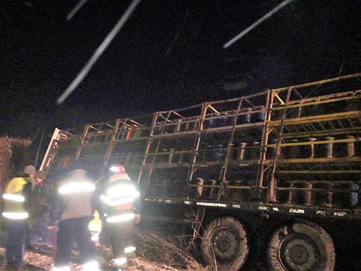 Un camion încărcat cu butelii a derapat în Valea Vinului
