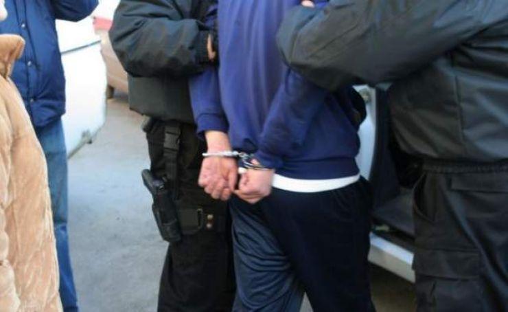 Hoț ghinionist! Tânăr prins de polițiști în timp ce escalada gardul unui imobil