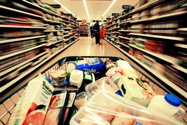 Carne cu corpuri străine, fire de păr în cereale și vodcă cu sedimente, depistate de Protecția Consumatorilor în marile magazine din Satu Mare