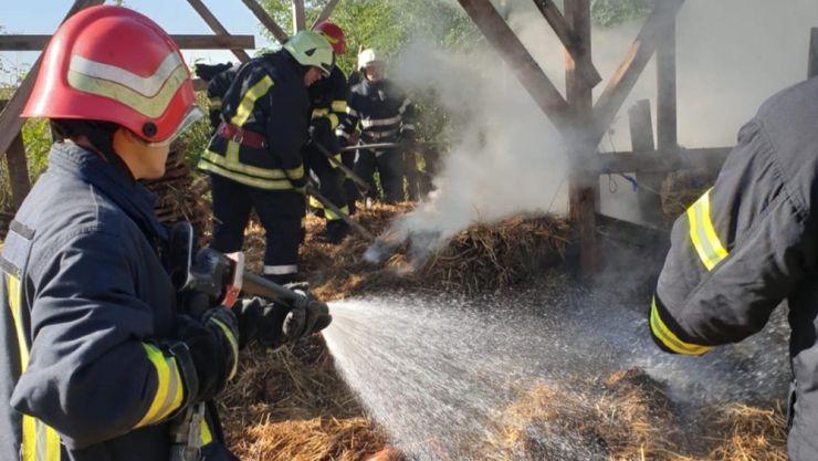Incendiu la o anexă gospodărească din Petea