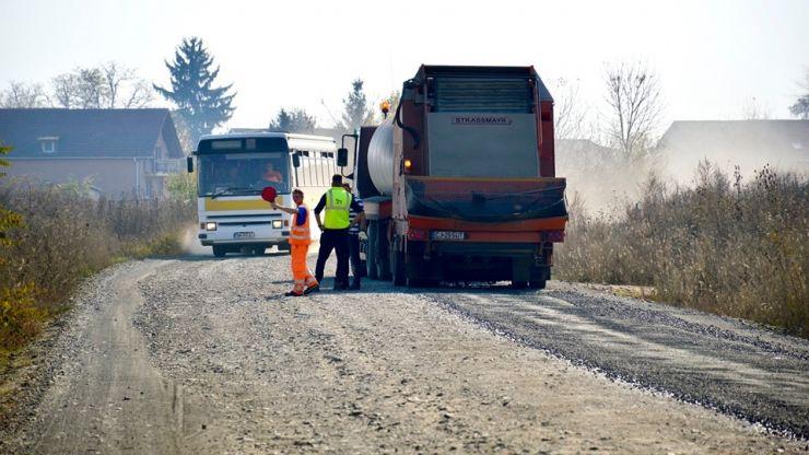 Au început lucrările de întreținere pe drumul spre Amați, Rușeni, Tătărești