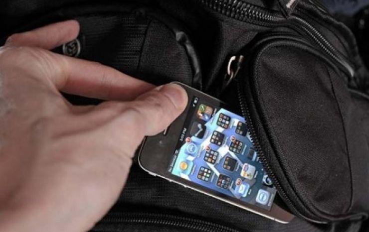 A furat telefonul unei minore, în timp ce călătoreau cu autobuzul. Bărbatul, reţinut