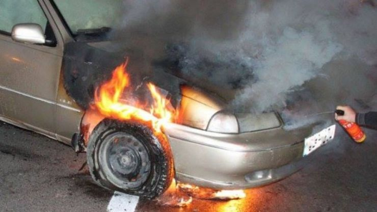 Mașină mistuită de flăcări în Botiz