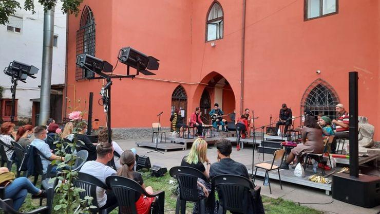 """Spectacolul """"Metamorfoze"""", duminică, în curtea Muzeului de Artă"""