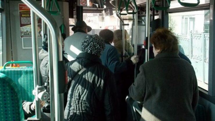 Tâlhărită în plină zi în autobuz