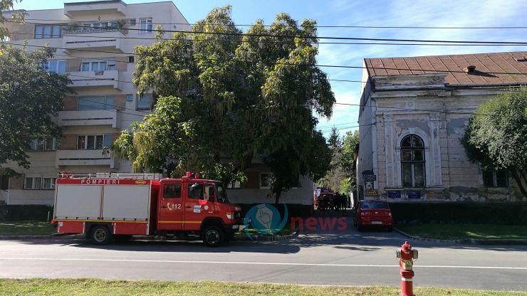 Intervenţie inedită: Pompierii – chemaţi pentru a scoate din casă o femeie obeză