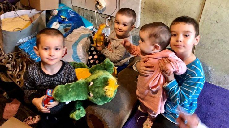 Pachete pentru o familie sărmană, cu patru copii, din partea Fundației Maurer
