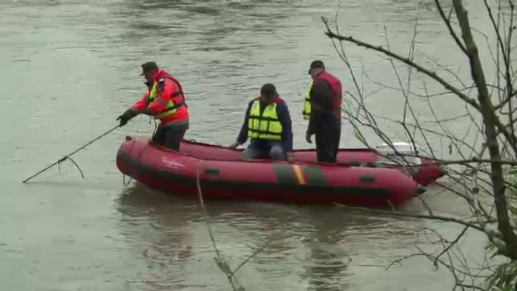 Șoferul care s-a răsturnat cu tractorul în râul Crasna nu a fost găsit