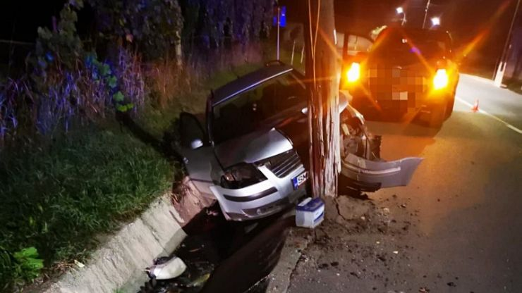 Accident rutier în Tiream. Pompierii intervin pentruîndepărtarea unui stâlp de lemn rupt și răsturnat pe partea carosabilă