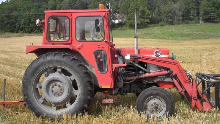 Fără permis, prins pe drum la volanul unui tractor neînmatriculat